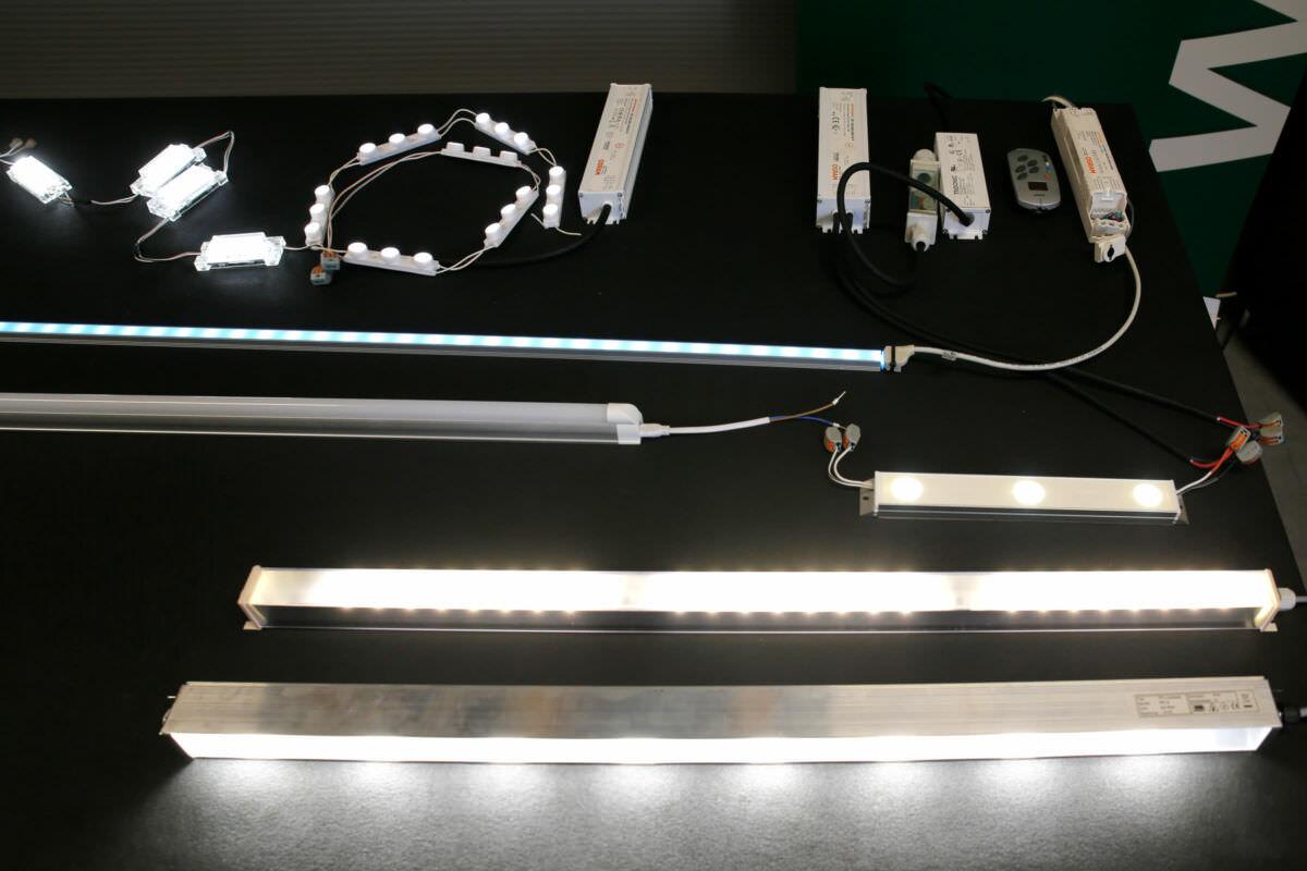 Übersicht verschiedener Leuchtstoffe für den Schaukasten auf einem Tisch
